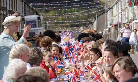 Gatufester hålls i nästan varenda grannskap och även på andra platser runt om i Storbritannien under söndagen