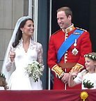 Hertigen och Hertiginnan av Cambridge. Källa: By The_royal_family_on_the_balcony.jpg: Magnus Dderivative work: Blofeld Dr. (talk/cont) - The_royal_family_on_the_balcony.jpg, CC BY 2.0, https://commons.wikimedia.org/w/index.php?curid=15064609