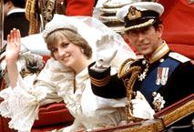 Prins Charles och Prinsessan Diana på deras bröllopsdag. Källa: By Source, Fair use, https://en.wikipedia.org/w/index.php?curid=44115689